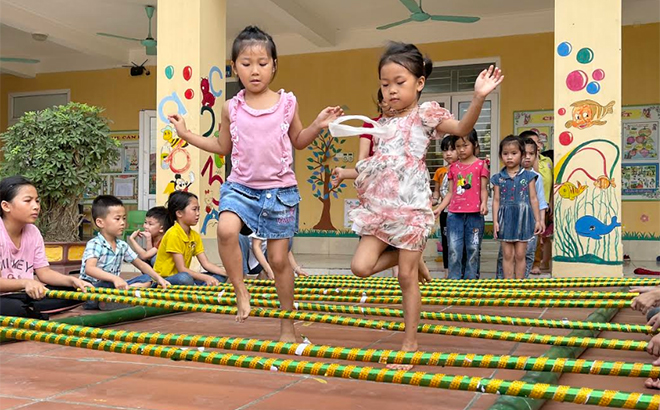 Children in Nghia An commune practice bamboo dancing.