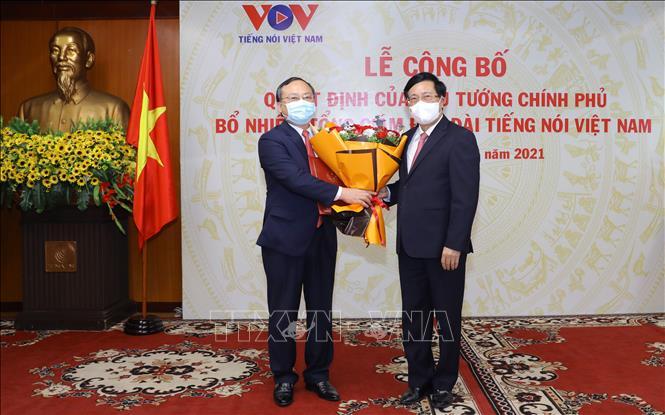 Phó Thủ tướng Phạm Bình Minh trao Quyết định của Thủ tướng Chính phủ và tặng hoa chúc mừng ông Đỗ Tiến Sỹ.