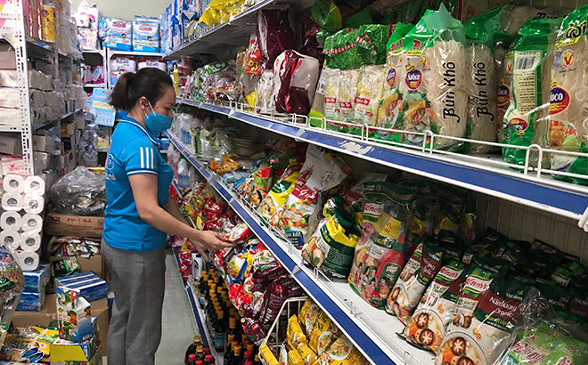 The Hang Hien trade - service company in Yen Bai city is committed to ensuring supply of goods serving locals' demand if natural disasters occur.
