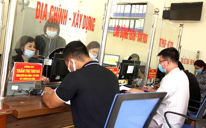 """Công chức bộ phận """"một cửa"""" phường Nguyễn Thái Học, thành phố Yên Bái tận tình hướng dẫn người dân khi tới giao dịch."""