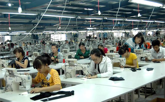 Dây chuyền sản xuất may xuất khẩu ở Công ty TNHH DAESEUNG GLOBAL.