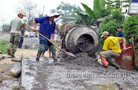 Nhân dân xã Thanh Lương (huyện Văn Chấn) tham gia làm đường giao thông nông thôn.