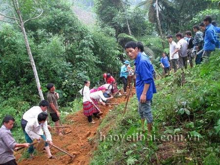 Đoàn viên, thanh niên huyện Văn Yên tham gia mở mới đường giao thông nông thôn, góp sức xây dựng nông thôn mới.