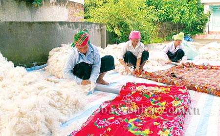 Nghề làm đệm bông lau của đồng bào Thái, được duy trì, phát triển giúp nhiều gia đình có thêm thu nhập.
