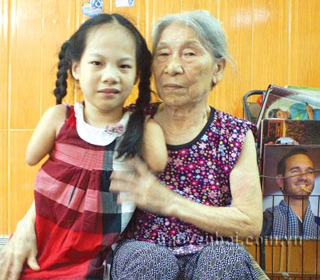 Tình yêu thương của bà Bình nay dành cả cho cháu nội Nguyễn Linh Chi.
