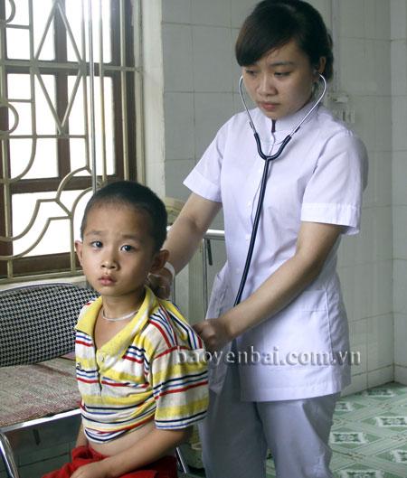Cán bộ y tế xã Tô Mậu chăm sóc sức khỏe cho người dân trong xã.