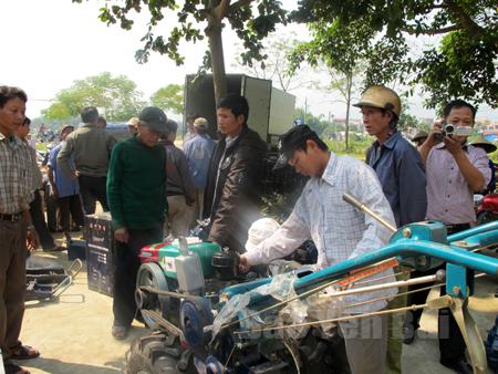 Nông dân xã Nghĩa Lợi được hỗ trợ máy cày bừa phục vụ sản xuất.