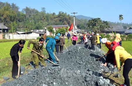 Nhân dân Văn Chấn chung sức làm đường giao thông nông thôn.