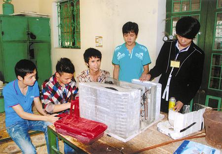 Sinh viên Trường Cao đẳng Nghề Yên Bái trong giờ thực hành điện lạnh. (Ảnh: Văn Tuấn)