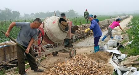 Xây dựng kênh mương nội đồng trên cánh đồng thôn Cống Đá, xã Âu Lâu.