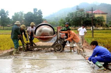 Nhân dân xã Việt Hồng, huyện Trấn Yên tham gia kiên cố hóa đường giao thông nông thôn.