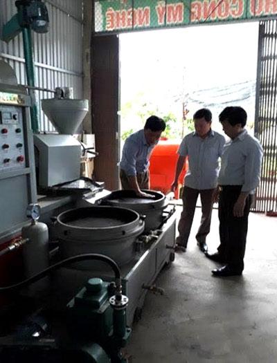 HTX Thái Sơn, thôn 2, xã Tân Lĩnh, huyện Lục Yên đầu tư máy ép tinh dầu thực vật từ lạc, vừng, đỗ tương để sản xuất dầu ăn.