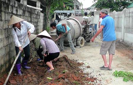 Người dân thôn Làng Già kiên cố hóa đường nội thôn.