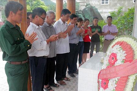 Lãnh đạo xã Tân Thịnh và các đoàn thể thắp hương tại Đài tưởng niệm các anh hùng liệt sỹ của xã.