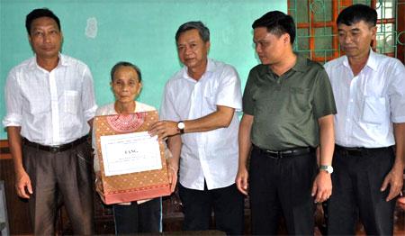 Đồng chí Nông Văn Lịnh – Uỷ viên Ban Thường vụ Tỉnh ủy, Chủ tịch Uỷ ban Mặt trận Tổ quốc tỉnh tặng quà cho bà Nịnh Thị Đào, vợ liệt sĩ.