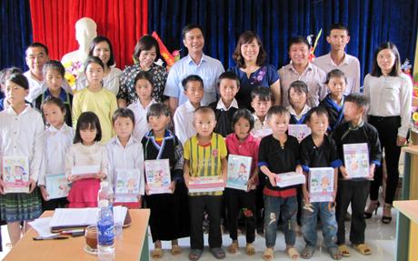 Đồng chí Dương Văn Tiến - Phó Chủ tịch UBND tỉnh và đoàn công tác chụp ảnh lưu niệm với các cháu học sinh.