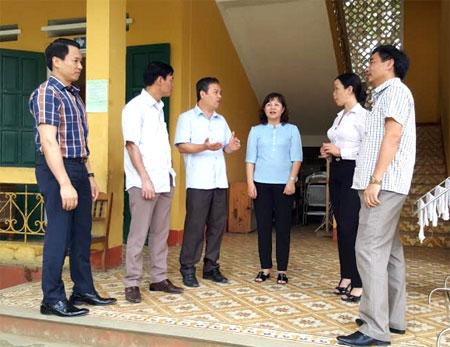 Đồng chí Hoàng Thị Thanh Bình (thứ 3 bên phải) cùng lãnh đạo các ban HĐND tỉnh giám sát việc thực hiện chính sách, pháp luật tại huyện Lục Yên.