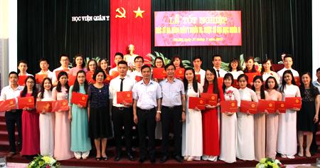 Đồng chí Dương Văn Tiến - Phó Chủ tịch UBND tỉnh cùng lãnh đạo Sở Y tế, Sở Giáo dục và Đào tạo chụp ảnh lưu niệm với các học viên của tỉnh.