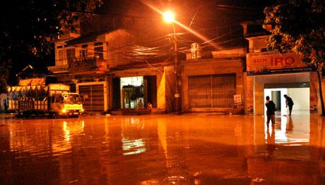 Nước sông Hồng dâng cao gây ngập úng tuyến đường Thanh Niên, thành phố Yên Bái đêm 17/7vừa qua.