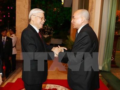 Quốc vương Campuchia Norodom Sihamoni đón Tổng Bí thư Nguyễn Phú Trọng.