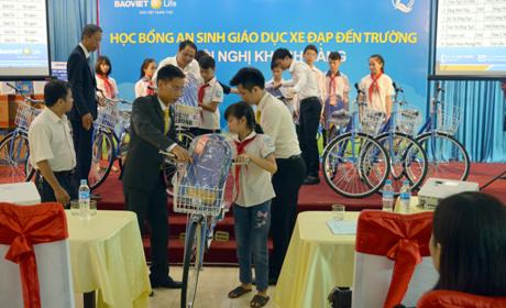 Lãnh đạo Công ty Bảo việt nhân thọ Yên Bái trao tặng xe đạp cho các em học sinh nghèo hiếu học trên địa bàn thành phố Yên Bái.