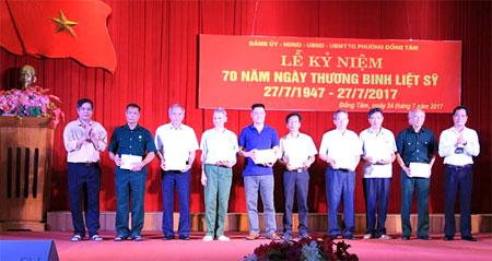 Lãnh đạo UBND phường Đồng Tâm trao quà cho các đối tượng chính sách trên địa bàn.
