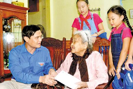 Đồng chí Lương Mạnh Hà - Phó Bí thư Thường trực Tỉnh đoàn tới thăm, tặng quà Mẹ Việt Nam anh hùng Ngô Thị Hòa ở phường Yên Thịnh, thành phố Yên Bái.