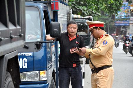 Lực lượng cảnh sát giao thông tăng cường tuần tra, kiểm soát, xử lý nghiêm các trường hợp vi phạm trật tự ATGT.