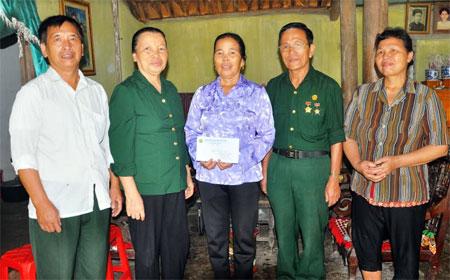 Hội Cựu TNXP tặng quà cho bà Hoàng Thị Nấng là thân nhân liệt sỹ, thôn Hợp Thành, xã Tuy Lộc (thành phố Yên Bái).