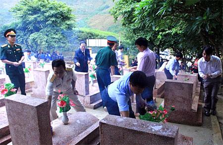 Lãnh đạo huyện Mù Cang Chải thắp hương tri ân các anh hùng liệt sỹ tại Nghĩa trang Liệt sỹ huyện.