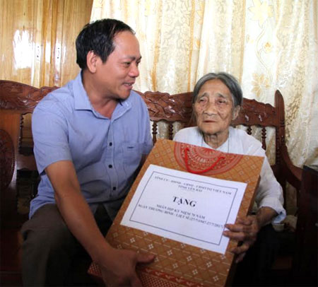 Đồng chí Phó Chủ tịch HĐND tỉnh Triệu Tiến Thịnh thăm và tặng quà mẹ Việt Nam anh hùng Nguyễn Thị Ngọ ở thôn 10, xã Đại Phác.