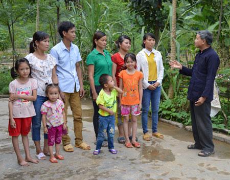 Ông Hoàng Kim Chân tuyên truyền, vận động đưa chủ trương, chính sách của Đảng, pháp luật của Nhà nước tới người dân trong xã Bình Thuận.