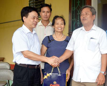 Đồng chí Nguyễn Ngọc Thanh - Phó Chủ tịch Liên đoàn Lao động tỉnh (bên trái) tặng quà cho thương binh Phạm Đức Trọng ở khu phố 6, thị trấn Cổ Phúc, huyện Trấn Yên.