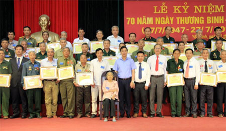 Các đồng chí lãnh đạo chụp ảnh lưu niệm cùng các đại biểu về dự Lễ kỷ niệm.