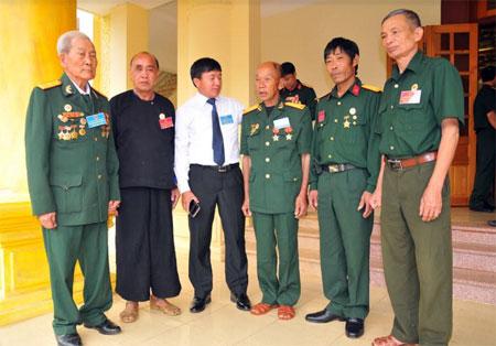 Lãnh đạo huyện Mù Cang Chải trao đổi với các cựu chiến binh về công tác Hội.
