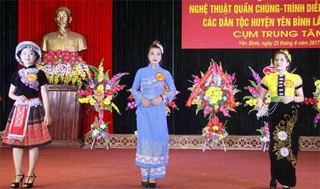 Phần thi trình diễn trang phục dân tộc giới thiệu những bộ trang phục truyền thống đặc sắc của các dân tộc.