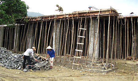 Công nhân xây dựng đang đẩy nhanh tiến độ thi công công trình Trường Mầm non Mai Sơn để kịp đón năm học mới.