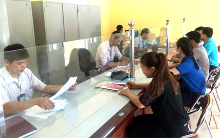Cán bộ bộ phận một cửa xã Phúc Sơn giải quyết thủ tục hành chính cho người dân.