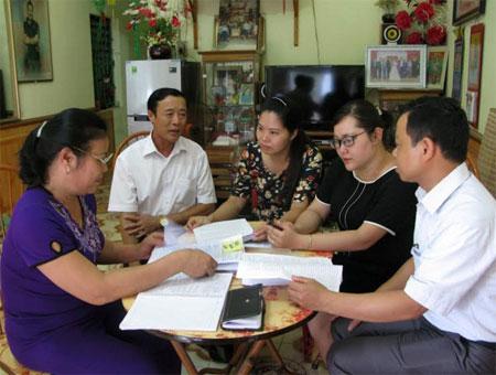 Cán bộ Ban Tuyên giáo Huyện ủy và lãnh đạo Đảng ủy thị trấn Nông trường Nghĩa Lộ, kiểm tra việc thực hiện Chỉ thị số 05  tại Chi bộ tổ dân phố 4 B.