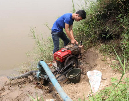 Cán bộ kỹ thuật Công ty TNHH Một thành viên Tân Phú bơm nước chống hạn.