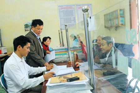 Lãnh đạo thị trấn Mậu A, huyện Văn Yên kiểm tra công tác phục vụ người dân của công chức tại bộ phận một cửa.