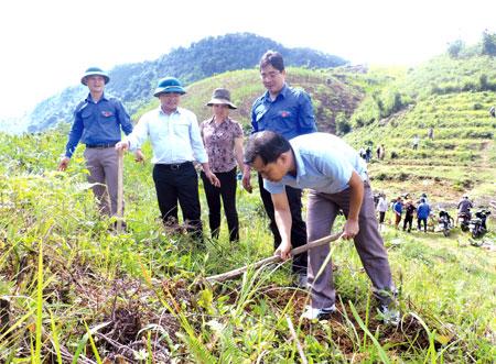 Lãnh đạo Tỉnh đoàn và huyện Trạm Tấu cùng đoàn viên thanh niên trên công trình tình nguyện trồng cây sơn tra.