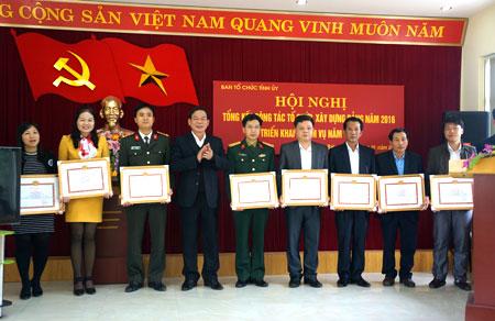 Những cá nhân có thành tích xuất sắc trong công tác tổ chức xây dựng Đảng năm 2016 được nhận giấy khen của Ban Tổ chức Tỉnh ủy.