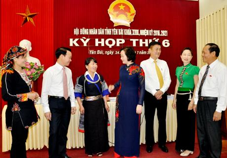 Đồng chí Phạm Thị Thanh Trà - Ủy viên Ban Chấp hành Trung ương Đảng, Bí thư Tỉnh ủy, Chủ tịch HĐND tỉnh và các đồng chí lãnh đạo tỉnh trao đổi với đại biểu dự Kỳ họp.