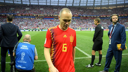 Iniesta giã từ tuyển Tây Ban Nha sau 12 năm cống hiến.