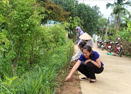 Hội viên phụ nữ xã luôn gương mẫu, đi đầu vận động nhân dân tham gia dọn vệ sinh môi trường.