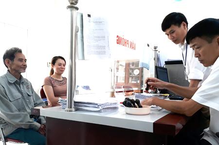 Các TTHC được giải quyết nhanh gọn tại bộ phận một cửa xã Tân Thịnh.