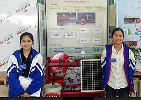 Nguyễn Thúy Lan và Đinh Phương Thảo bên chiếc máy bơm không nhiên liệu.