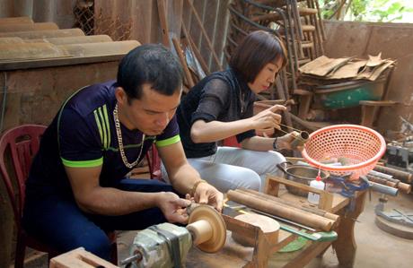 Nghề sản xuất các đồ thủ công từ quế đang được người dân tham gia. Ảnh MQ