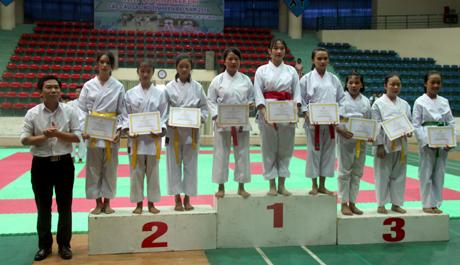 Ban tổ chức trao giải cho các vận động viên có thành tích tại Giải võ Karatedo các câu lạc bộ tỉnh Yên Bái 2018.